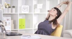 VIDEO Ce exercitii poti face la birou pentru a preveni problemele cauzate de statul pe scaun
