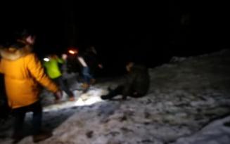 VIDEO Cum au mers imbracati la munte, iarna, sapte tineri din Bucuresti. Au coborat poteca inghetata in patru labe