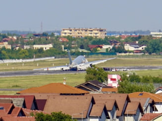 VIDEO Incident aviatic pe aeroportul Baneasa. Un avion plin cu militari a avut probleme la aterizare