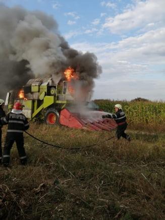 VIDEO O combina agricola a luat foc in mijlocul unui camp din Bihor. Un utilaj similar a ars in zona cu doar o zi inainte