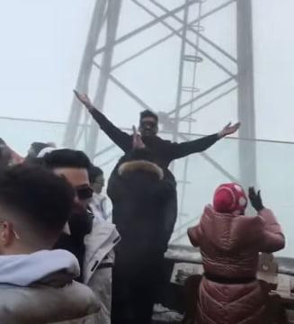 VIDEO Petrecere in Poiana Brasov, la varful Postavarul. Zeci de oameni nu respecta nicio regula de protectie si distantare