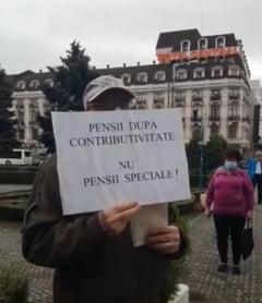 """VIDEO Protest al pensionarilor la Ploiesti pentru marirea pensiilor cu 40%. """"Vrem prosperitate, nu diversitate"""""""