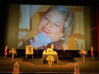 VIDEO Sute de oameni si-au luat adio de la Draga Olteanu Matei. Marea actrita va fi inmormantata duminica, la Piatra Neamt, cu onoruri militare