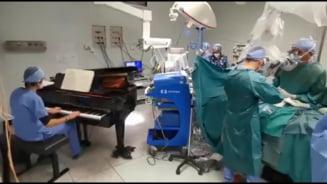 VIDEO Un baiat a fost operat de cancer pe acorduri de pian. Pianistul a cantat in sala de operatie timp de patru ore