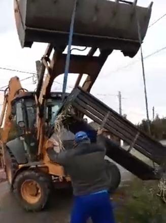 """VIDEO Un primar din Giurgiu reales i-a ridicat banca din fata portii cu excavatorul unui localnic care nu l-a votat: """"A mintit oamenii ca nu am facut nimic"""""""