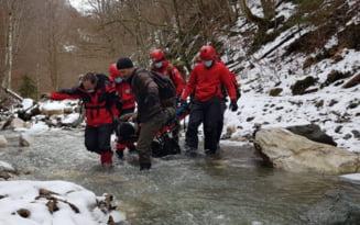 VIDEO Zece salvamontisti au intervenit timp de sase ore pentru evacuarea unui turist ranit, intr-o zona foarte dificila din Apuseni
