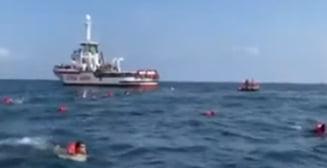 VIDEO Zeci de migranti au sarit dintr-un vas de salvare pentru a incerca sa ajunga inot in Palermo