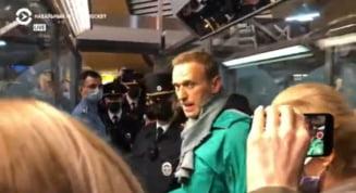 VIDEO BREAKING Momentul in care Aleksei Navalnii a fost arestat de politia din Rusia la punctul de control al pasapoartelor. Politia rusa i-a retinut pe mai multi dintre sustinatorii adversarului lui Putin