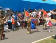 1 iunie in Coreea de Nord: Copii in uniforme militare miniaturale, la o parada militara