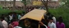 13 copii au murit intr-un autobuz scolar lovit de tren in India