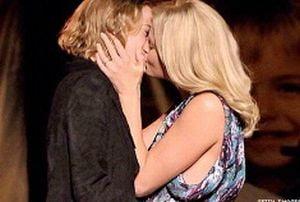 140.000 de dolari pentru un sarut lesbian cu Charlize Theron
