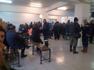 200 de mineri din Gorj sunt in greva spotana. Au salarii mai mici ca alti colegi, desi lucreaza ca-n Evul Mediu