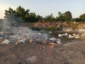 2000 mc de deseuri pe 1000 mp de teren. Garda de Mediu a dispus masuri pentru ecologizarea zonei plina cu gunoaie de la marginea municipiului Botosani