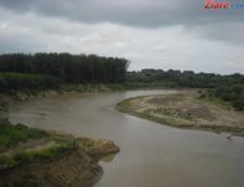 5 drumuri nationale raman blocate din cauza inundatiilor. Traficul feroviar este afectat in trei judete