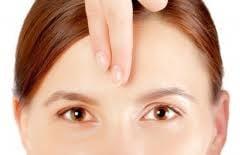 5 moduri de a masca ridurile de pe frunte