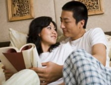 7 din 10 barbati le citesc partenerelor in pat, seara