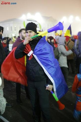 A 8-a zi de proteste: In ciuda frigului si ploii, la Guvern s-a jucat Hora Unirii, iar la Cotroceni a fost si Mircea Badea