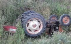 A ajuns cu tractorul in sant, cu tot cu echipamentul de aplicare a pesticidelor. Vehiculul nu era inmatriculat