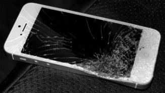 A batut-o si i-a spart telefonul