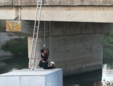 A cazut cu masina intr-un canal si si si-a petrecut noaptea pe capota