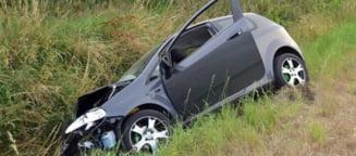 A condus beat, a intrat cu masina in sant si a parasit locul accidentului la Vinga