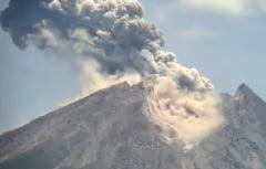 A erupt vulcanul Merapi. A aruncat cenusa pana la 1.000 de metri (Video)