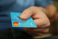 A găsit un card bancar pe stradă și a cheltuit banii în magazine. Urmarea: arest pentru 24 de ore și apoi control judiciar