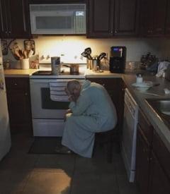 A pozat-o pe soacra lui stand asa in bucatarie, dimineata. Nu o suporta deloc si nu se intelegea cu ea. Dar cand si-a dat seama ce face acolo, omul a fost distrus