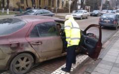 A refuzat sa opreasca masina la semnalele politistilor. Dupa o urmarire prin oras, a abandonat autoturismul pe camp