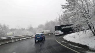 A revenit iarna, probleme pe DN 1, in curbele de la Persani