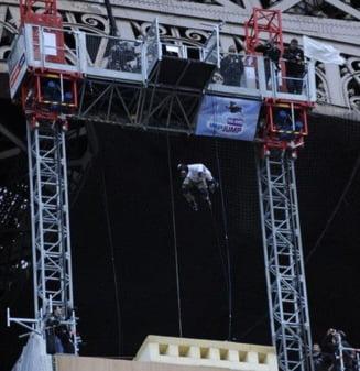 A sarit de pe Turnul Eiffel pentru a stabili un record mondial (Video)