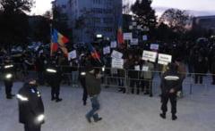 A treia zi de proteste la Slatina. Aproape 300 de oameni scandeaza in fata Prefecturii Olt