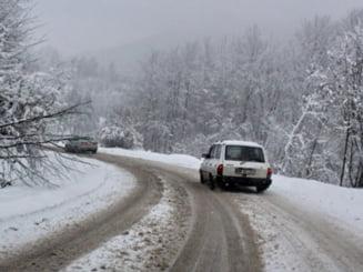 A venit iarna: Primele ninsori si probleme in trafic - unde nu poti sa circuli fara cauciucuri de iarna