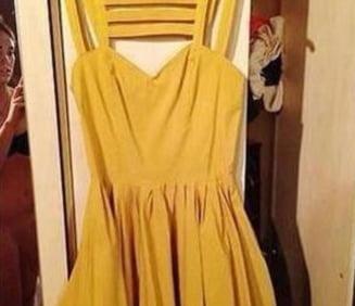 A vrut sa-si vanda rochia, dar a aparut dezbracata pe eBay