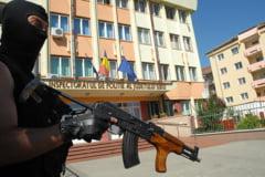 ACTUALIZARE Atac la sediul Inspectoratului de Politie cu cocktail Molotov. Atacatorul era beat si s-a ranit singur