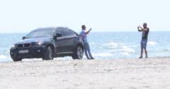 AROGANTA pe plaja: S-a fotografiat langa MASINA PARCATA LA DOI PASI DE MARE