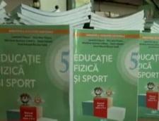 Aberatia zilei: Manualul care-i invata pe copiii de 10-11 ani sa mearga e gata sa intre in scoli