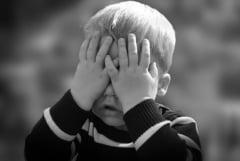Aberatia zilei: Parintii care pleaca din tara sunt vinovati de autismul copiilor