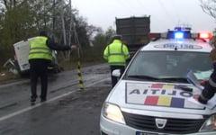 Accident cu 3 raniti pe DN4. Un camion a lovit un microbuz, dupa ce soferul a evitat o groapa din carosabil