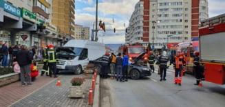 Accident cu victime pe bulevard. O tanara de 15 ani, transportata la Urgente