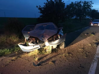 Accident cumplit provocat de o soferita de 19 ani. Un barbat a murit pe bancheta din spate a masinii izbite violent de un copac