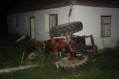 Accident grav in Caras-Severin. Doua persoane au ajuns la spital, dupa ce s-au implantat cu tractorul intr-o scoala