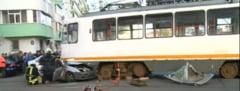 Accident grav in centrul Capitalei: O masina a ajuns sub un tramvai, un om e in coma UPDATE
