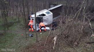 Accident grav la Vaslui. Un barbat a murit dupa ce o autoutilitara s-a rasturnat in padurea de la marginea drumului
