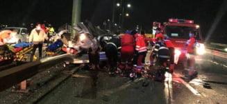 Accident groaznic. BMW zdrobit de un cap de pod. A fost nevoie de descarcerare. Foto