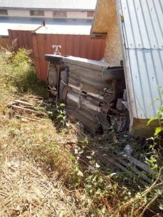 Accident halucinant in Cluj-Napoca, pe Valea Fanatelor. Aproape a demolat un garaj - FOTO