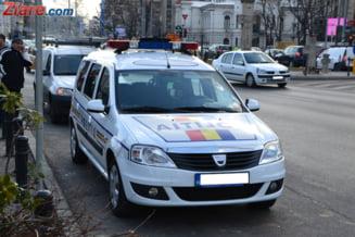 Accident in Bucuresti: un autoturism s-a rasturnat dupa ce a lovit o masina stationata