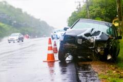 Accident in lant pe DN1, in localitatea Banesti, dupa ce un sofer a lovit o masina a MAI si un barbat care facea o pana
