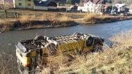 Accident la Fundu Moldovei. Un autobuz cu pasageri s-a rasturnat in albia raului Moldova FOTO