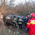 Accident mortal pe un drum satesc. Doua persoane si-au pierdut viata dupa ce masina in care se aflau a lovit un copac si s-a rasturnat intr-o rapa